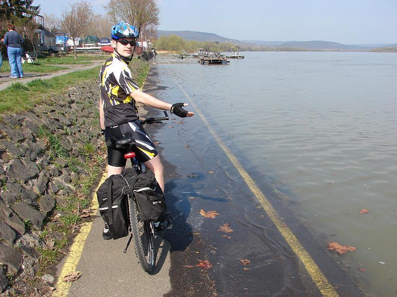 Az elöntött kerékpárút járhatatlan, a behavazott veszélyes. A vegyes forgalmú út tiltása viszont állandó