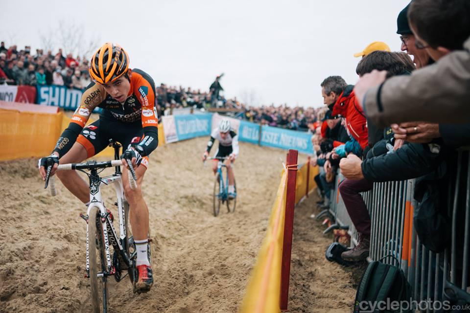 Van Aert és Van der Poel Koksijde homoktengerében (Fotó: Hamvas Bálint - cyclephotos.co.uk)