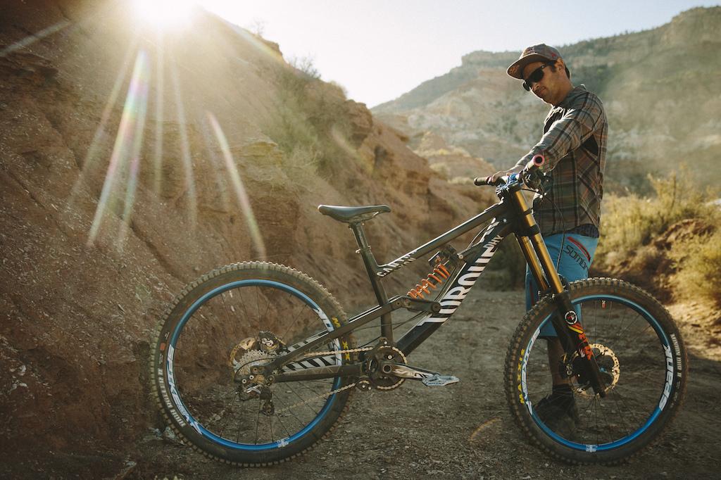 És végül a Specitől elcsábított Darren Berrecloth Canyon Torque DHX-e