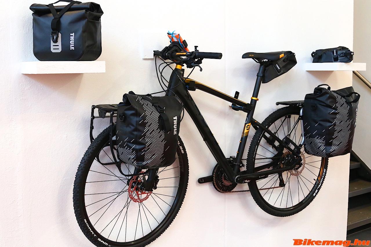 Így néz ki a teljesen felszerelt bringa Thule cuccokkal.