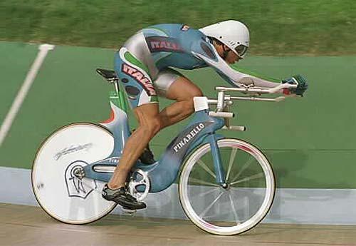 Hol vannak már azok a régi szép idők, amikor szárnyalhatott a kerékpártervezők fantáziája. Ez itt éppen Andrea Collinelli, annak a gépnek a nyergében, amellyel Boardmannal szembeszállt. Engem mindig egy mozdonyra emlékeztet valamiért…