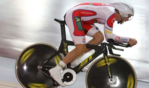 Jack Bobridge 60 km/h körüli sebességgel repeszt…