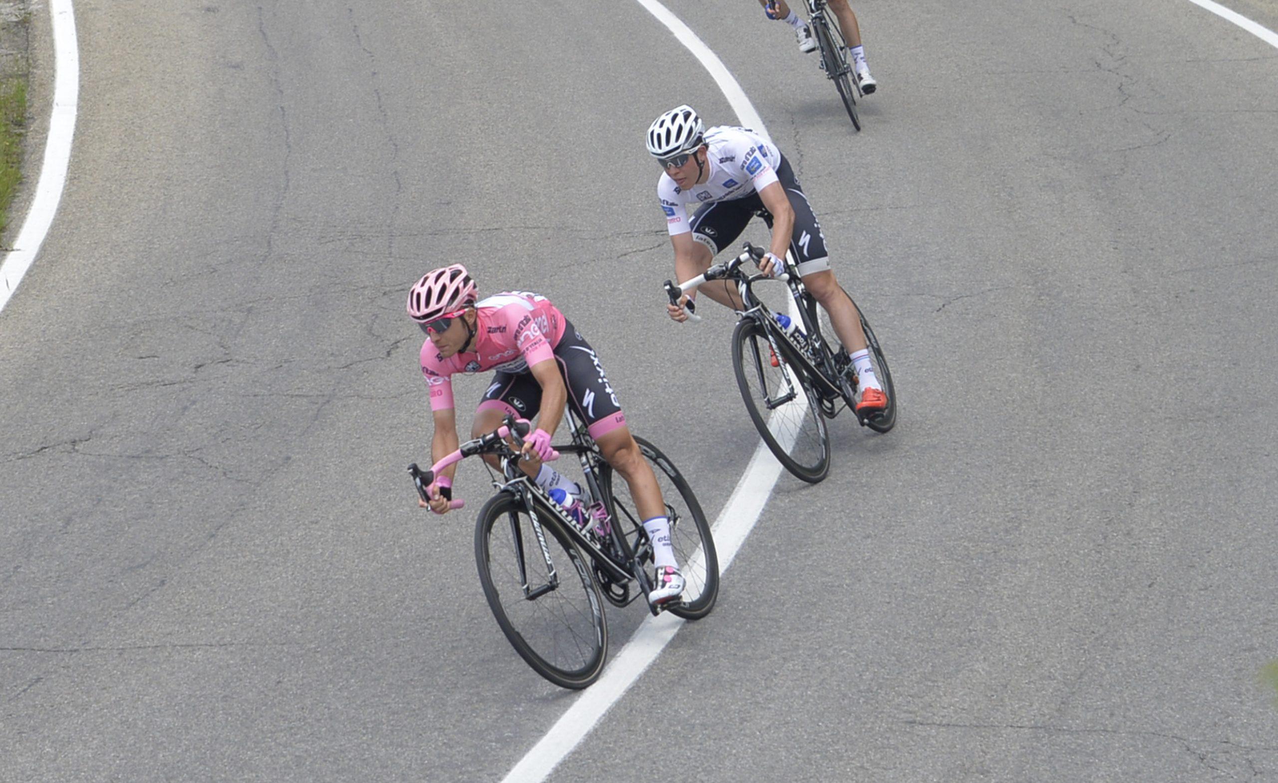 Gianluca Brambilla segíti csapattársát Bob Jungelst a 10. szakaszon