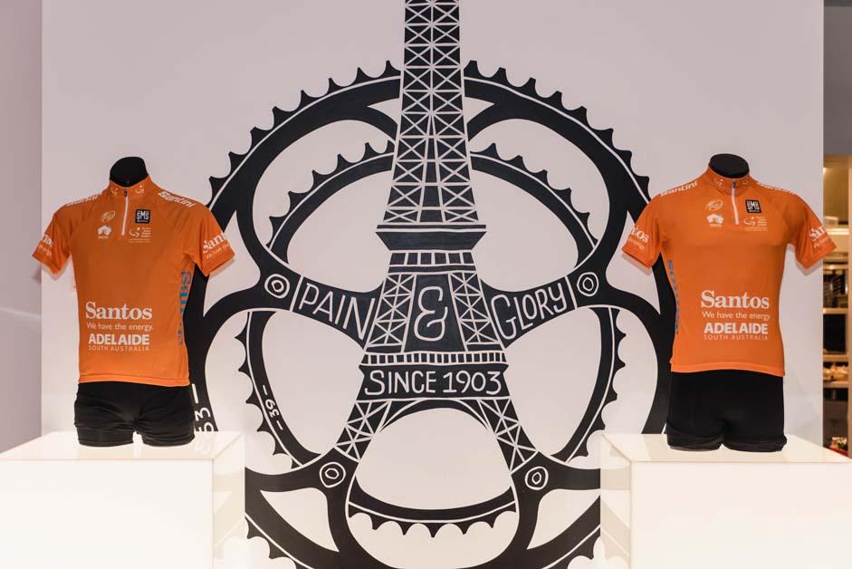 Az összetett éllovasnak narancsszínű trikó jár