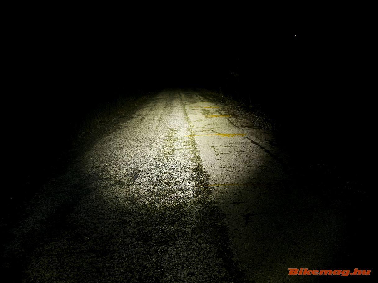 Az AXA Blueline 30T Steady Auto első lámpa így teríti a fényt
