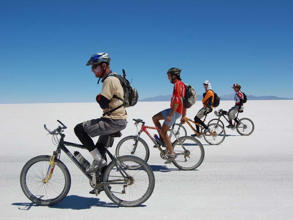 A világ legnagyobb sómezőjén kilométereket haladhatunk elengedett kézzel és csukott szemmel