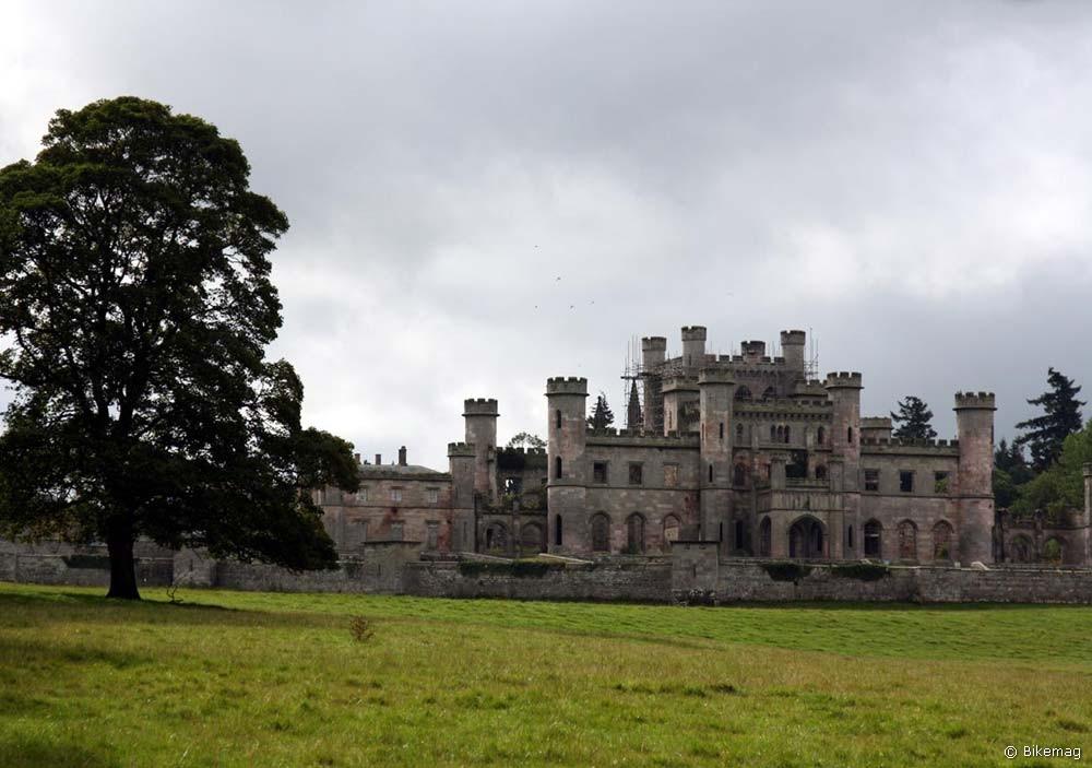 A Lowther Castle, melynek építéséhez áttelepítettek egy komplett falut