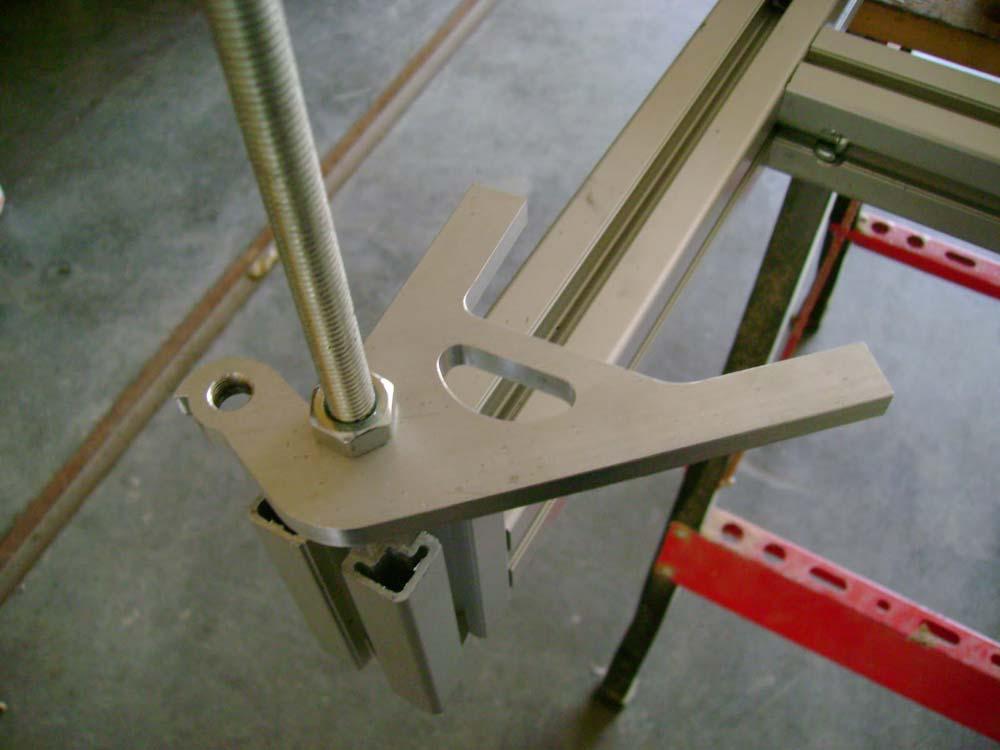 A CNC mart MTB papucs a sablonban