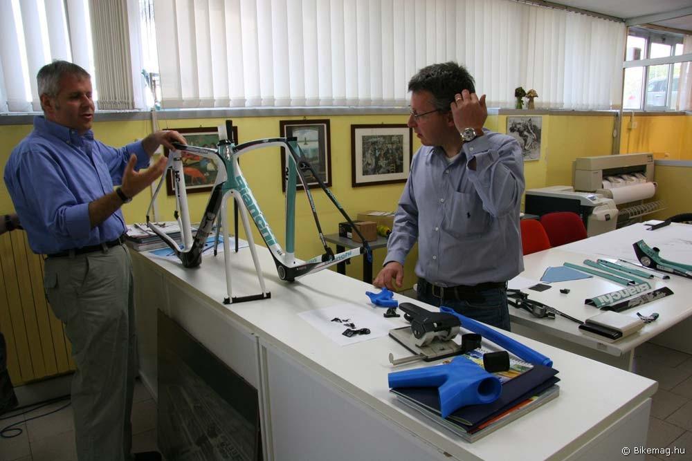 A jövő bringáinak darabjai, prototípusai, azok a bizonyos kék nyomtatott alkatrész prototípusok, illetve az Oltre modell egy megvalósult, és egy nem megvalósult változata