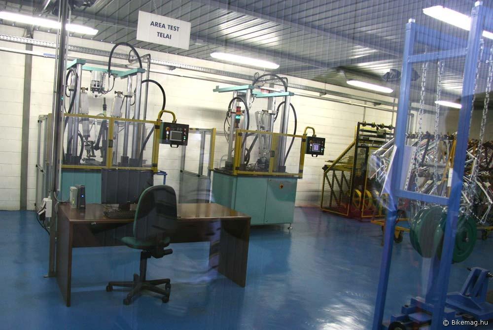 A kínzólabor, ahol a vázakat, alkatrészeket tesztelik