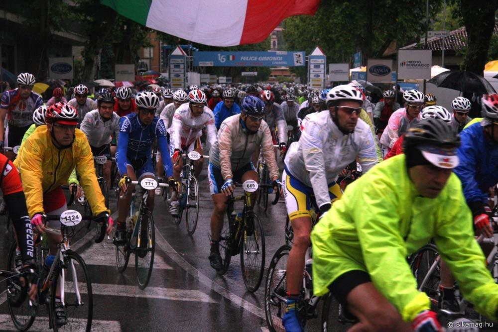 Szakadó esőben rajtol el a 16. Granfondo Felice Gimondi mezőnye