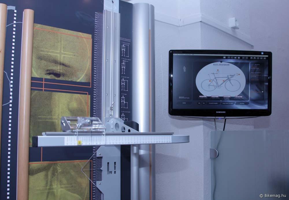 Előtérben a mérőlézer vezetőkerete, háttérben a monitor, melyen a szoftver tevékenységét követhetjük figyelemmel
