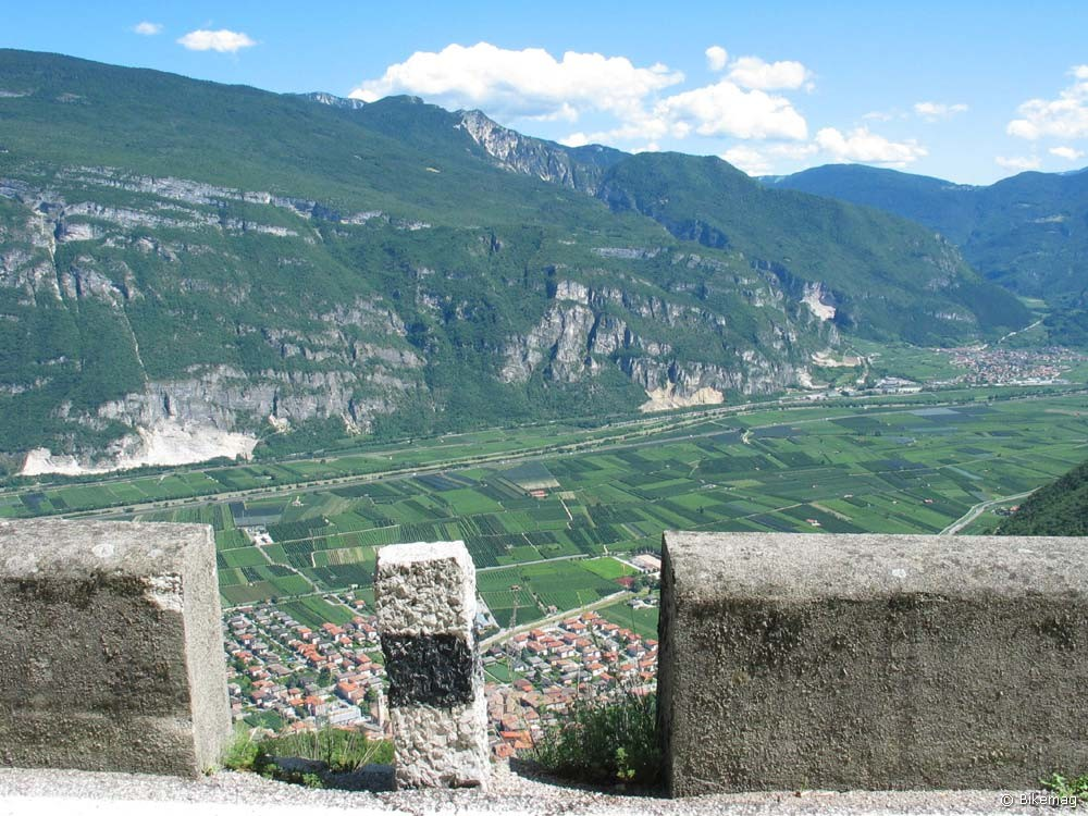 Szédítő mélység, szédítő magasság: az Adige völgye lejtmenetből szemlélve
