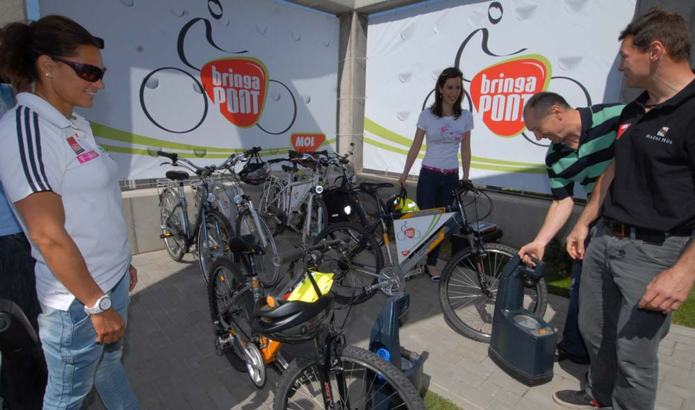 Bringabarát hírességek közreműködésével adta át a MOL az első bringaPONTját