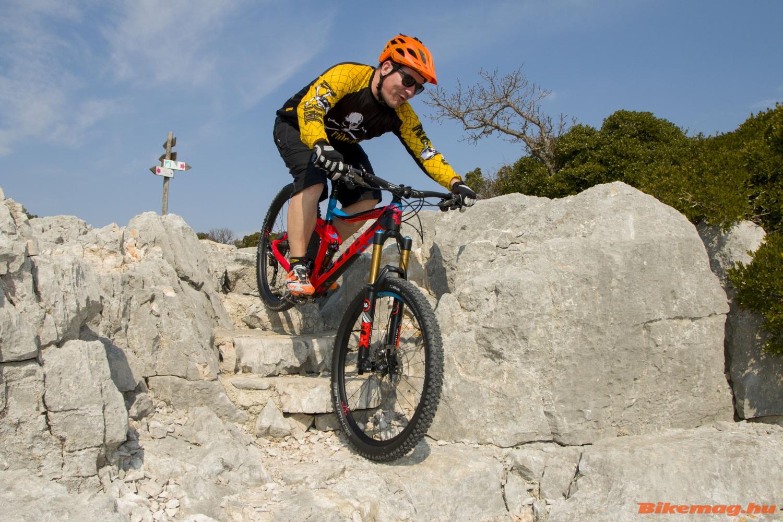 A bringa a 13 kiló alatti súlyával és 170/160-as rugóútjával kb bármire képes. A szűk keresztmetszet a rider :)