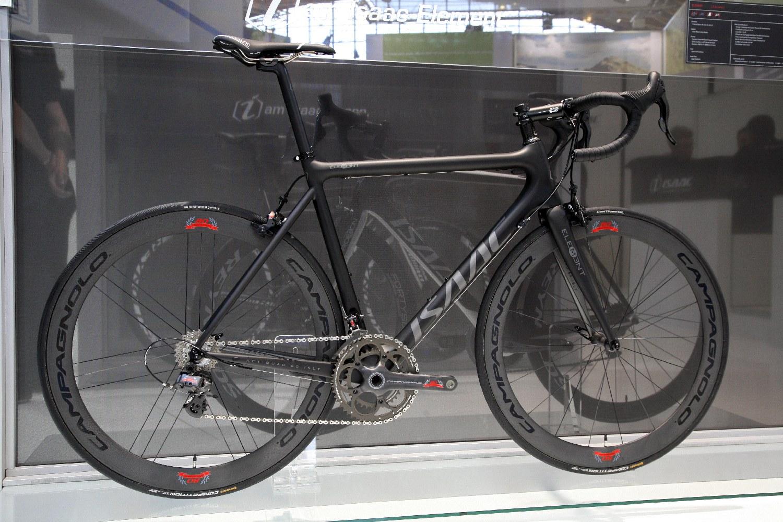 Szándékosan nem olasz bringán mutatjuk most be, hogy mutat felszerelve. Talán ez az Isaac sem rossz alap...