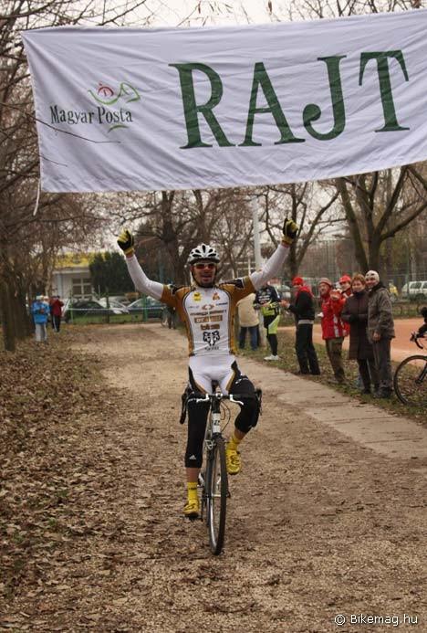 Ezúttal ennyivel nyert Buruczki – hóna alatt éppen kanyarodik Szeghalmi