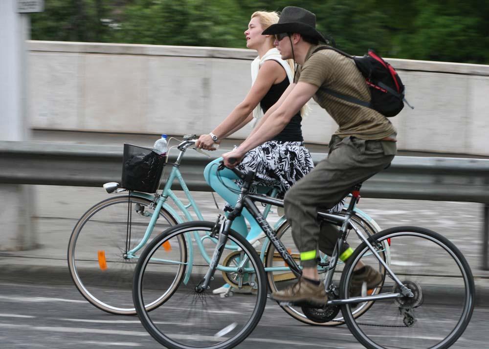 Ki mondta, hogy így nem lehet bringázni? Stílusosan a nyeregben is…