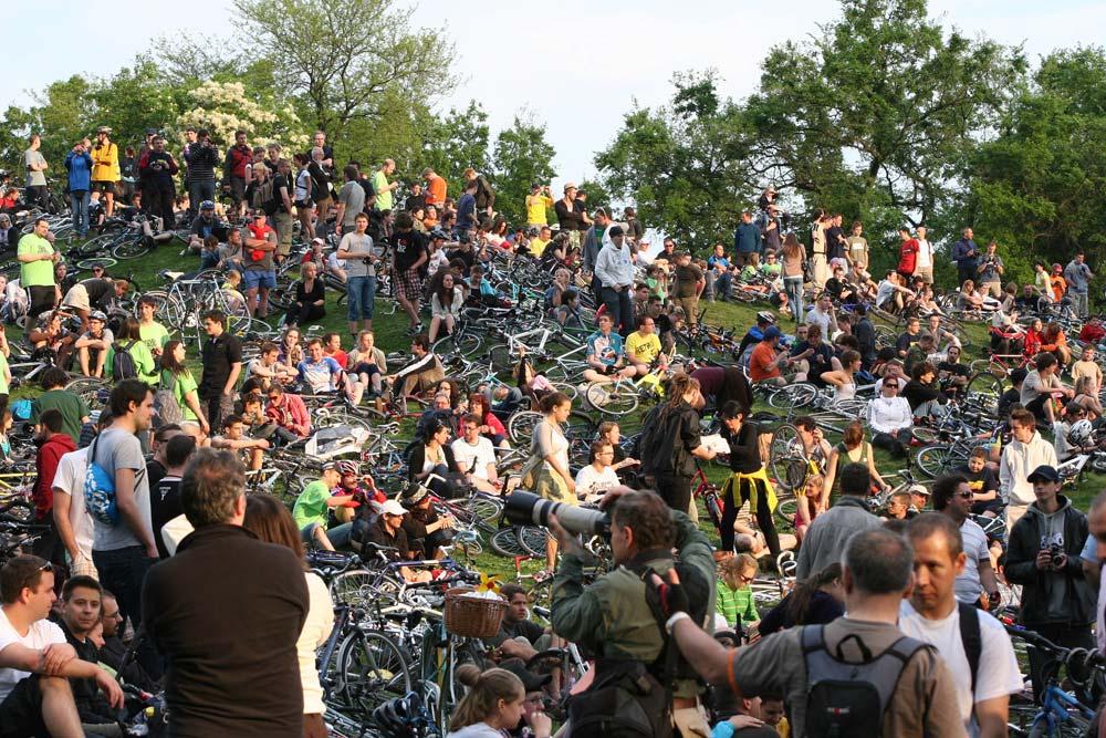 Hatalmas bringás majális alakult ki a városligeti szánkózó dombnál