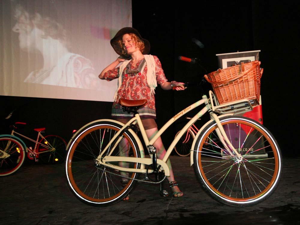 Egy vidám pillanat az esti Cyclechic afterparty bringás divatbemutatójáról