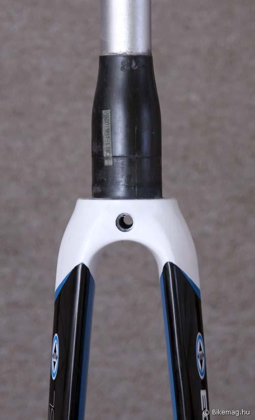 Alu papucs; karbon szár, váll- és a nyak alsó része; alu nyak: a végeredmény egy masszív villa nem túl versenyképes tömeggel