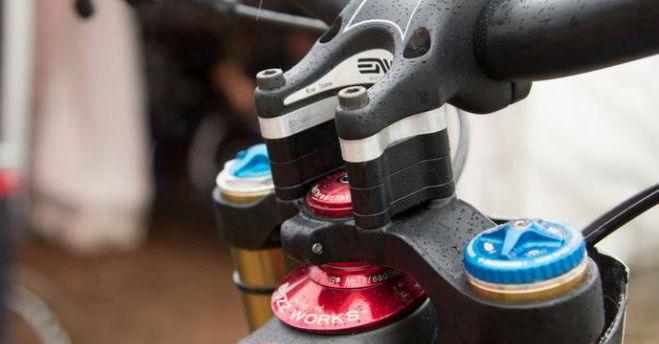 A Santacruz csapat magas versenyzőinek vázát a speciális Chris King csapágy 8 mm-rel megnyújtja, a rengeteg alátét pedig a meredek pályákon segít megtalálni az ideális testhelyzetet.