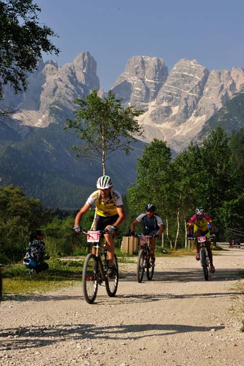 Egy pihentető egyenes szakasz kb. 1400 méteres magasságban, háttérben a híres Monte Cristallo csúcsa