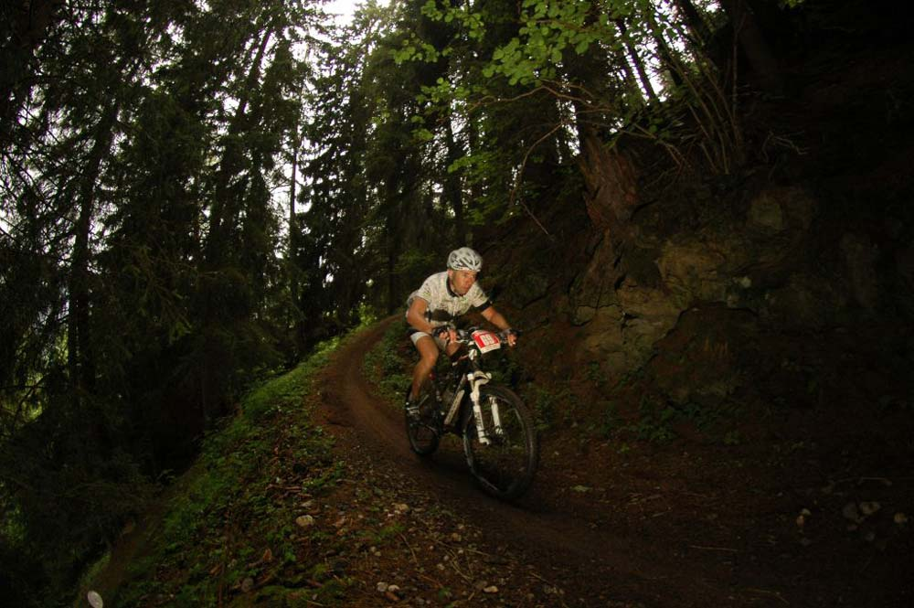 Túl a 110. kilométeren… A Dolomiti Superbike esőben, eső után is jól járható. A pálya talaja nem ragad, csak esetleg csúszik… Persze csak ott ahol gyökeres