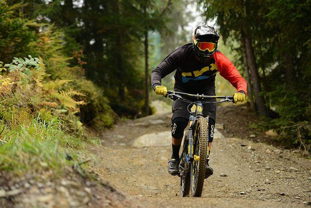 A büszke tulajdonos hasít a schladmingi downhill VK pályán.