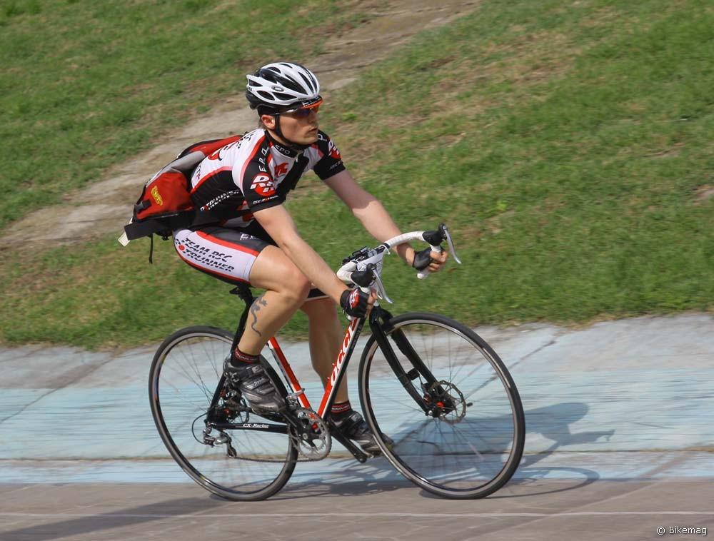 A kerékpáros futár egyáltalán nem jellemző típusa: makulátlan versenyfelszerelés és tárcsafékes ciklokrossz gép