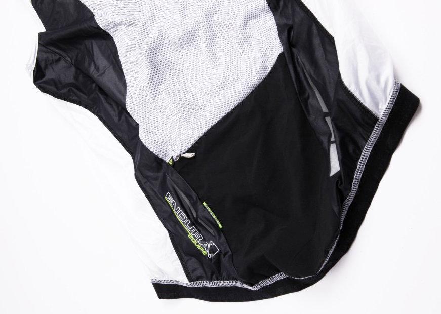 """Ez nem egy sima """"nejlonmellény"""": a hálós anyag a háton biztosítja a szellőzést, a vállrészen lévő elasztán pedig az illeszkedést tökéletesíti!"""