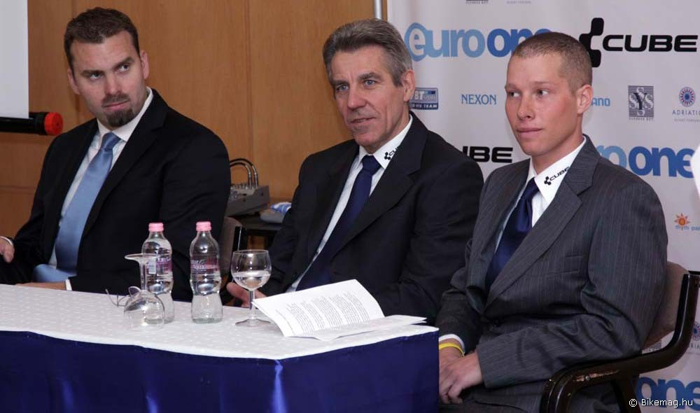 A sajtótájékoztatót Nánási Sándor, az EuroOne Számítástechnikai Zrt. vezérigazgatója (a képen bal oldalon) nyitotta meg