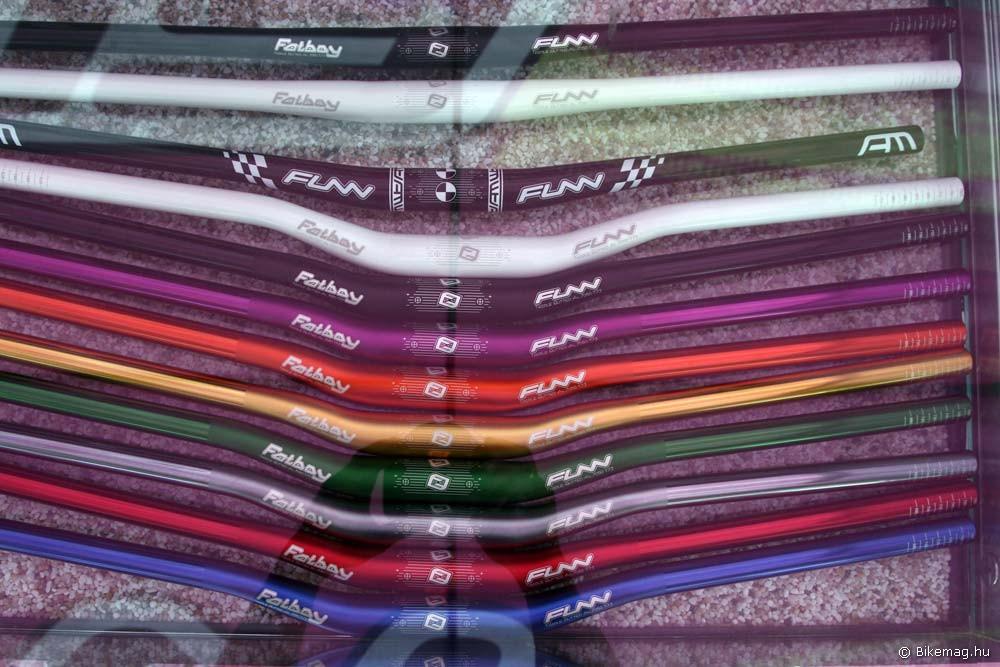 Eurobike 2011 - Funn: és végül a Fatboyok színesre anodizált változatai. 785 mm-es szélesség, 7050 alu, 15-, vagy 30 mm emelés, 7 fok hátrahajlás, 282 g-os tömeg
