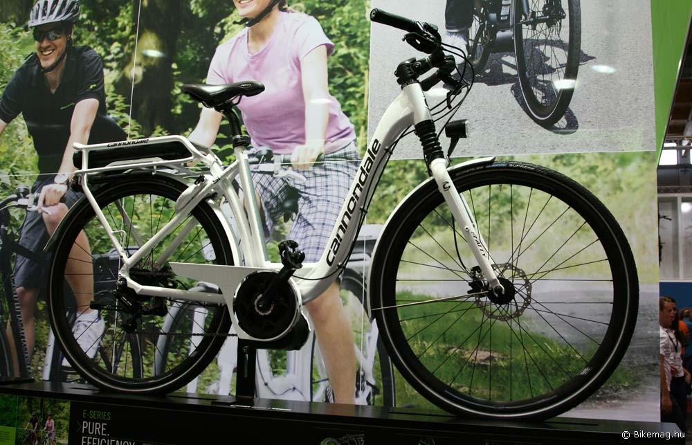 Eurobike 2011 - Cannondale: Pedelec Cannondale módra. Az E-Series maximálisan igényes kivitelben, viszonylag könnyű felépítéssel, Bosch rendszerrel és HeadShok villával