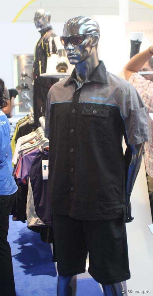 Eurobike 2011: Shimano ruházat: akár utcai ruházatként is hordható ing-nadrág kombó klasszikus Shimano színekben