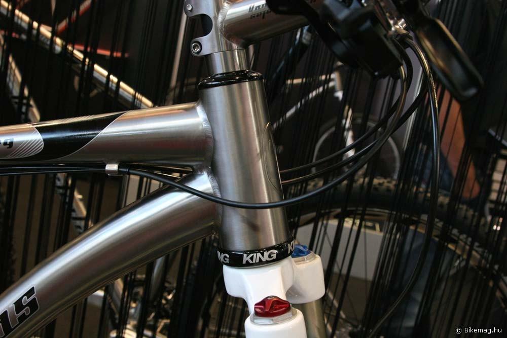 Eurobike 2011: A konzervatívabb cégek közé tartozik a titánra specializálódott holland VanNicholas. Egyelőre csupán néhány modellnél vezették be a tapered fejcsövet, de érdekes módon az általános trendtől eltérően néhány modelljüknél alul maradtak a nem integrált verziónál