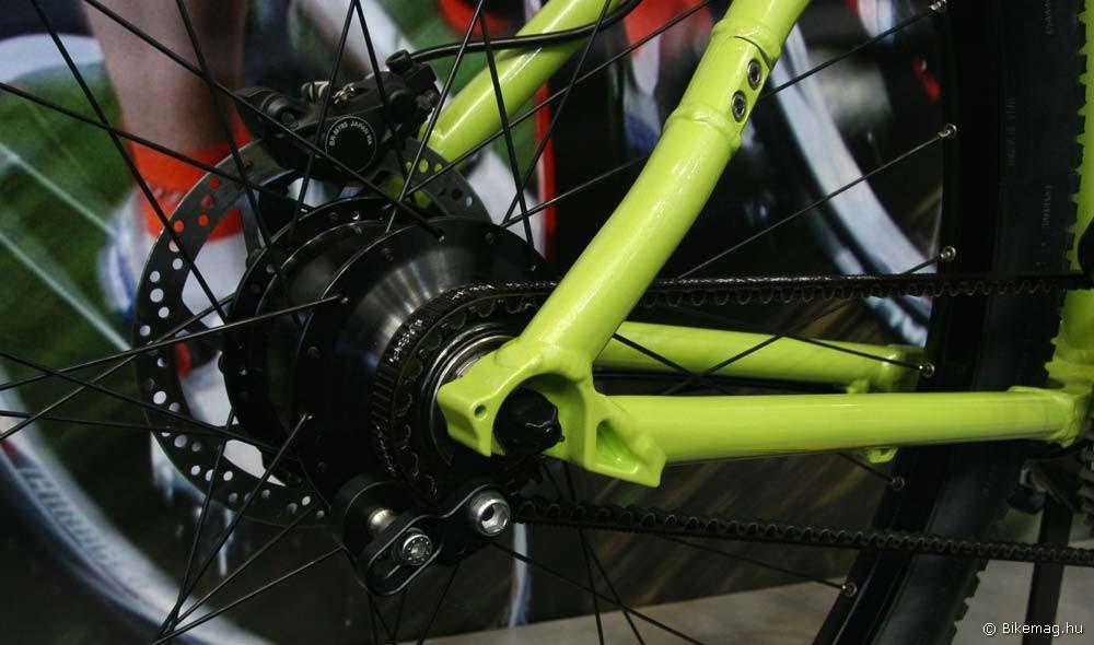 Eurobike 2011: A Ianus papucsa közelebbről. Jól látszik a lánctól eltérően bonthatatlan carbon drive alkalmazásához szükséges csavarral bontható támvilla