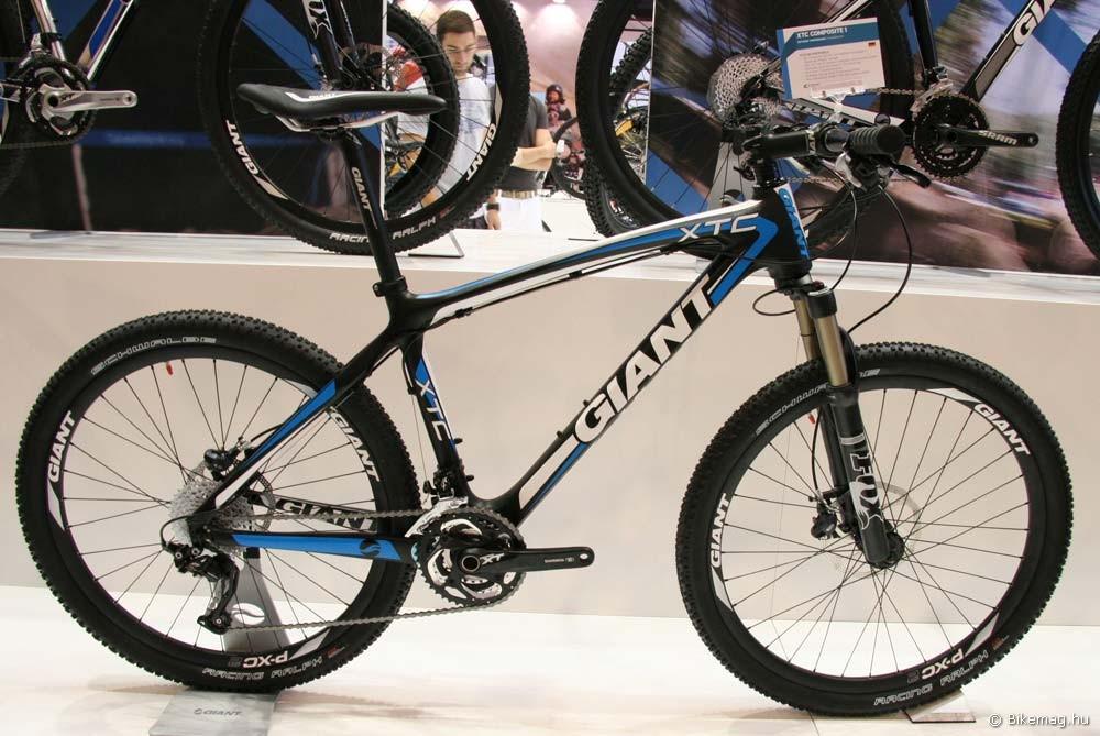 Eurobike 2011: Az új Giant XTC Advanced karbongép Giant kormánnyal, kormányszárral, nyereggel, nyeregcsővel, első aggyal és immár felnivel is