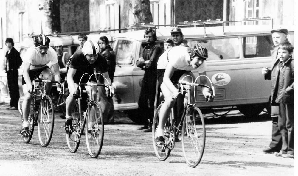 """Kritériumverseny a Wekerle-telepen, középen az ifjú Filutás Árpád. Háttérben a standard Barkas """"csapatbuszok"""""""