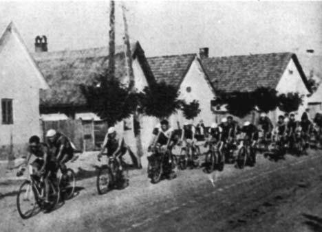 Mezőberényen robog keresztül az 1932-es magyar körverseny mezőnye