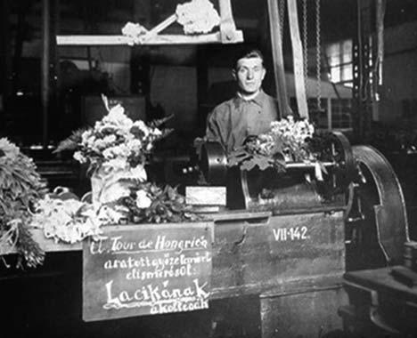 Orczán Lászlót így köszöntötték kollégái a munkahelyén, az 1933-as csapatgyőzelem után
