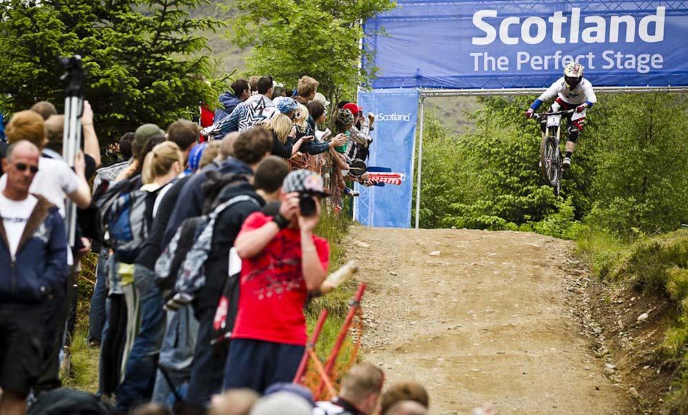 Gwin a híres Red Bull / Nissan / Tissot / Scotland /… kapuban, tudva, hogy elszúrta a győzelmi esélyeit