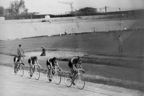 A háttérben épül a Népstadion, az előtérben Pásztor István vezeti a 4000 méteres csapatot, mögötte Furmen, Sipos és Lang