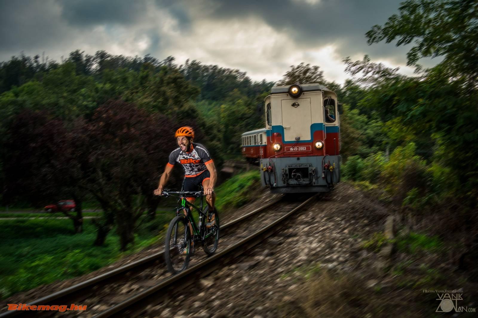 GT Zaskar Carbon Expert kerékpárteszt (a képen profi tesztelő látható, semmiképpen ne próbálj hasonlót, életveszélyes! / Pro tester, never try this at home, extremlely dangerous!)