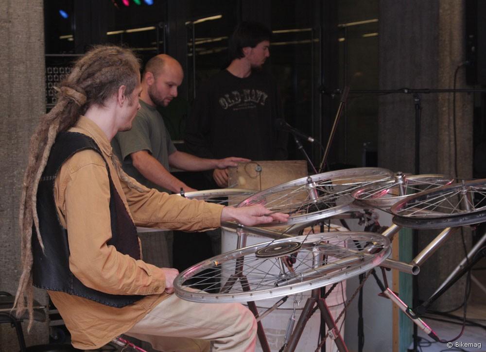 A zenei aláfestést a kerékpáralkatrészekből készült hangszereken játszó Bélaműhely formáció biztosította