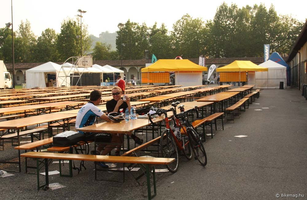 A verseny előestéjén még nyugalmas a tábor. Másnap itt több ezer bringást kell majd megetetni