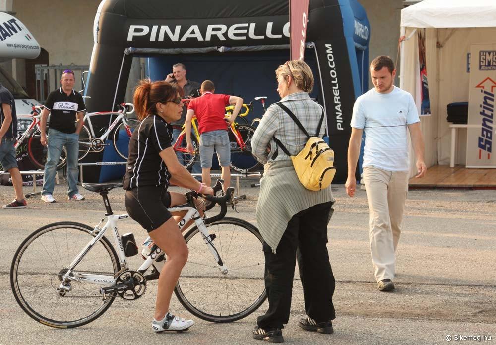 Az előtérben látható hölgy korosztálya idehaza nem éppen túlreprezentált az országúti kerékpársportban