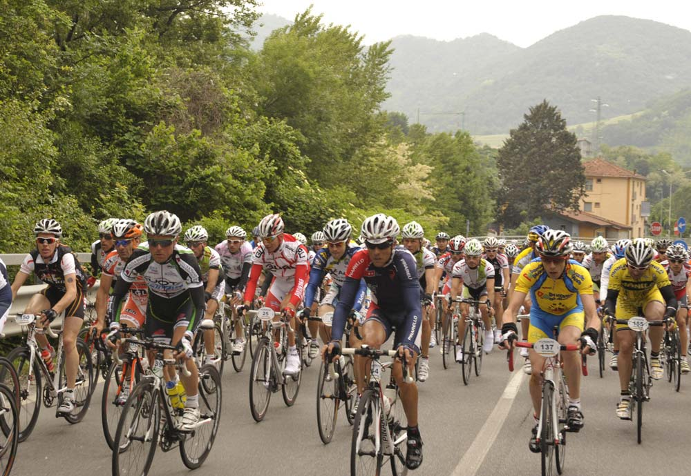 Bergamo külvárosában még együtt haladt a több ezer bringás
