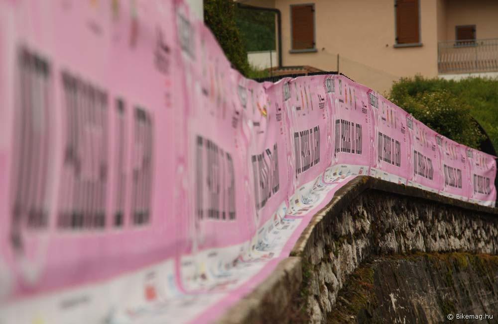 A környék még az előző napon erre haladó Giro d'Italia díszleteitől színpompás