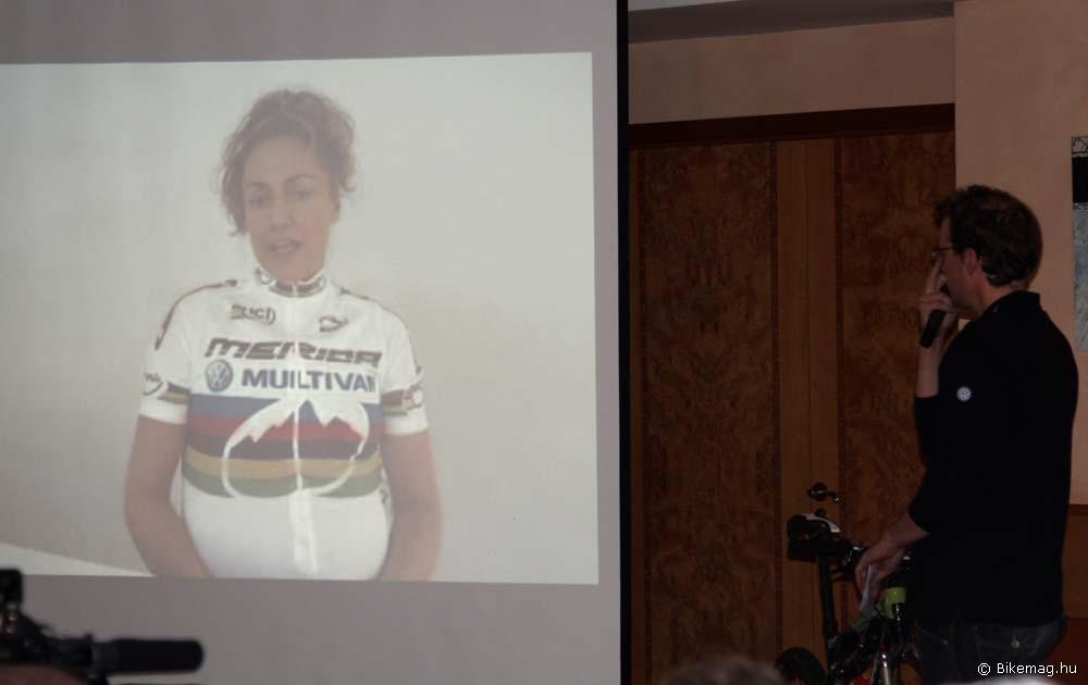 A 2009-es csapatbemutatón a gyermekáldás közeledte miatt már csak virtuálisan vett részt